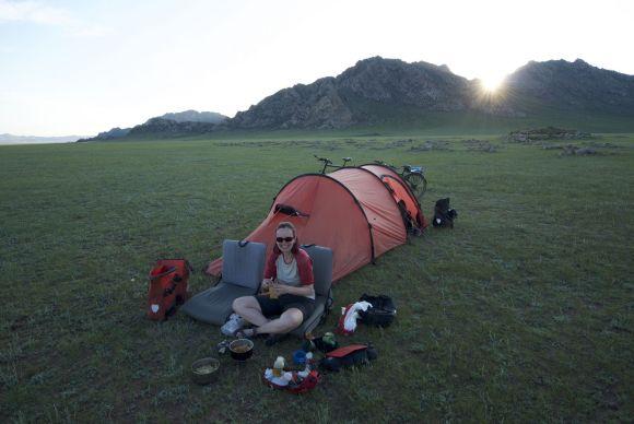 We kamperen net buiten een steencirkel, waarschijnlijk een graf uit de bronstijd, maar zeker weten doe ik het niet.