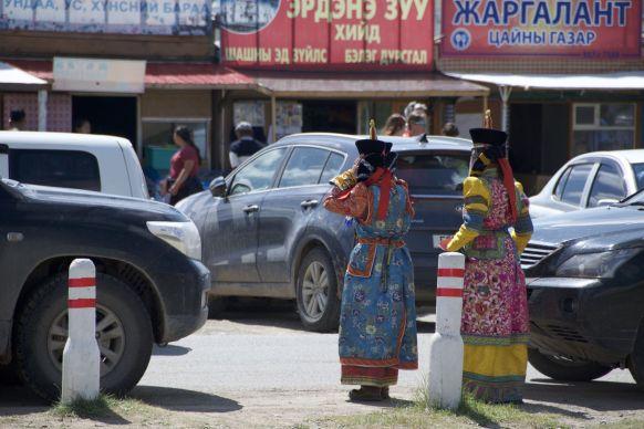 De combinatie met Erdene Zuu is mooier dan met de auto's en krakkemikkige restaurantjes/winkeltjes.