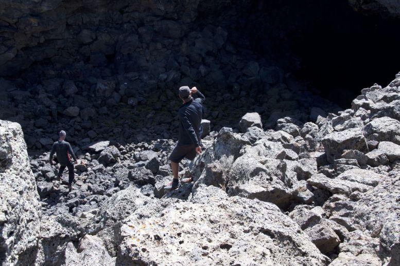 De grotten zijn niet veel meer dan grote gaten in de grond. Iedereen (behalve ik met mijn hoogtevrees) klautert nog even naar beneden in de hoop dat daar meer te zien valt.