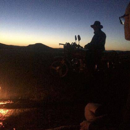 Het licht van het vuur brengt bezoek.