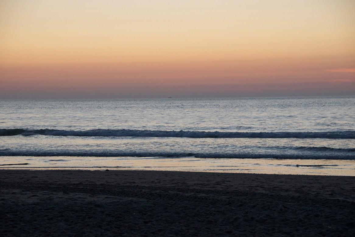 Heerlijk nog even genieten van de ondergaande zon op het strand.