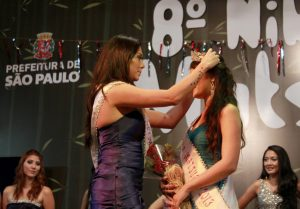 Mônica Mizikami recebendo a coroa de Miss Nikkey Matsuri, das mãos de Luciana Kobuti