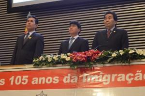Da esq. p/a dir: o cônsul-geral do Japão Noriteru Fukushima e os deputados estaduais Hélio Nishimoto e Jooji Hato.
