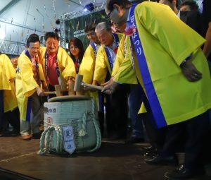 Autoridades nikkeis participando da quebra do taru, durante a abertura do evento