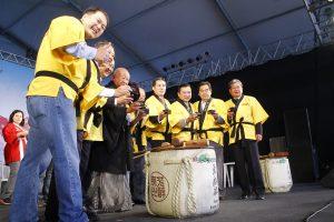 Autoridades participando da quebra do taru