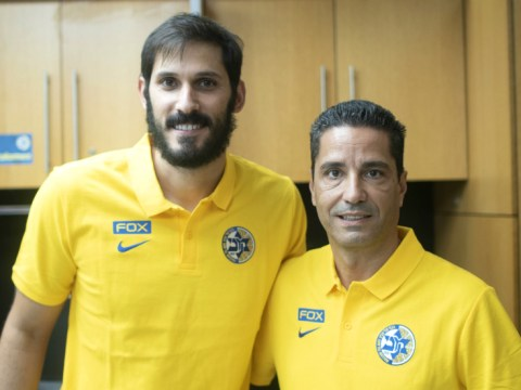 Omri Casspi, left, and Maccabi Tel Aviv coach Giannis Sfairopoulos (Photo/Maccabi Tel Aviv)