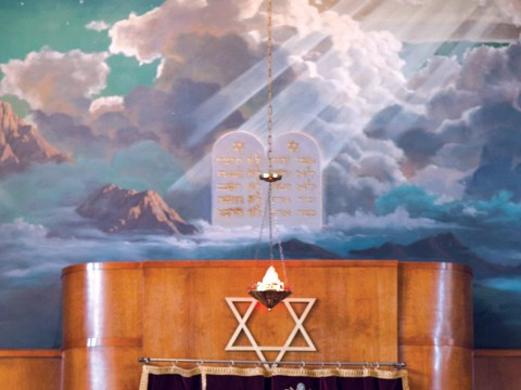 The mural above the bimah at Congregation Chevra Thilim. (Photo/file)