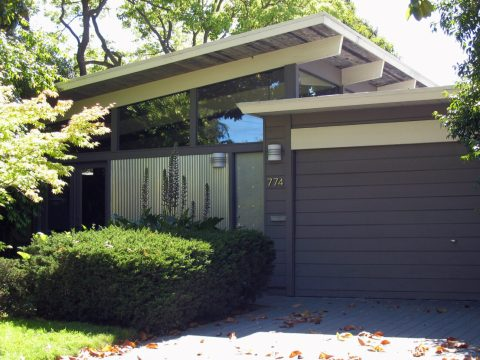 A typical Eichler home in Palo Alto with some more contemporary updates. (Photo/Wikimedia Commons)