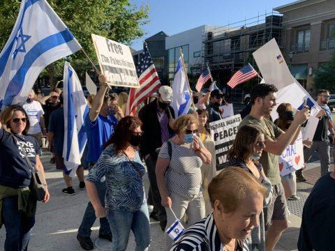 A pro-Israel crowd rallies at a plaza near Walnut Creek's library. (Photo/PB)