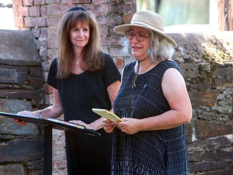 Silvia Grasetti-Kruglikov (right) eulogizes her mother with Rabbi Andra Greenwald of the Mother Lode Jewish Community by her side. (Photo/Shelly Thorene)