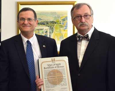 Israeli ambassador Shmuel Ben-Shmuel presents the certificate to
