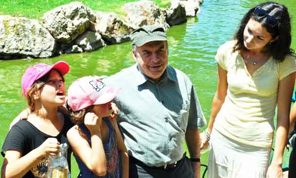 Jewish Agency Chairman Natan Sharansky with a recent immigrant from St. Petersburg, Russia, and her two daughters at a Jewish Agency recreation activity for children from southern Israel at the Tisch Family Zoological Gardens (the Biblical Zoo) in Jerusalem. Photo by Nathan Roi for The Jewish Agency for Israel.