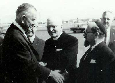 Rabbi Benjamin Gottshall meets U.S. president Lyndon B. Johnson