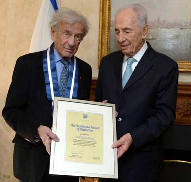 Elie Wiesel received the Presidential medal in 2013 Photo: GPO