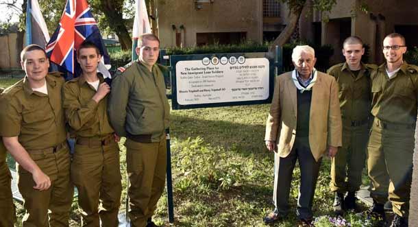 Harry Triguboff with Israeli soldiers in Raanana