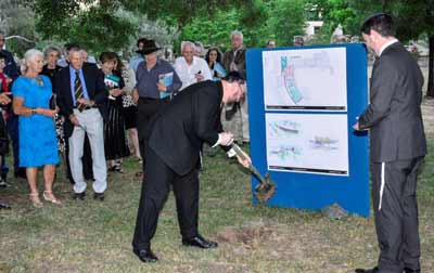 Rabbi Mirvis turns the first sod as Rabbi Meltzer looks on