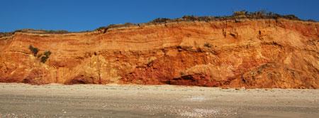 plage de la mine d'or : la falaise ocre