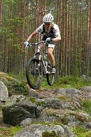Lentämistä kivikon yläpuolella MTB Enduro Jyväskylässä. Kuva Touho Häkkinen.