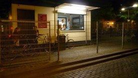Ihmiset jonottavat Hollannissa maksulliselle vartioidulle pyörien parkkialueelle.
