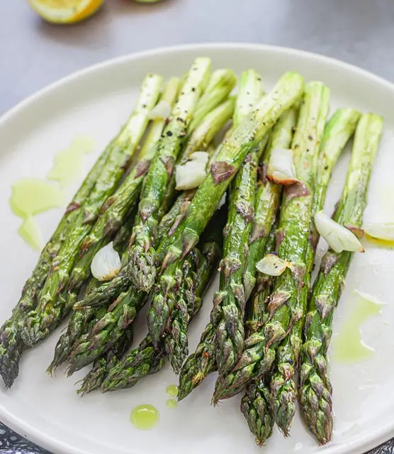 Grilled asparagus with garlic and lemon – K33 Kitchen
