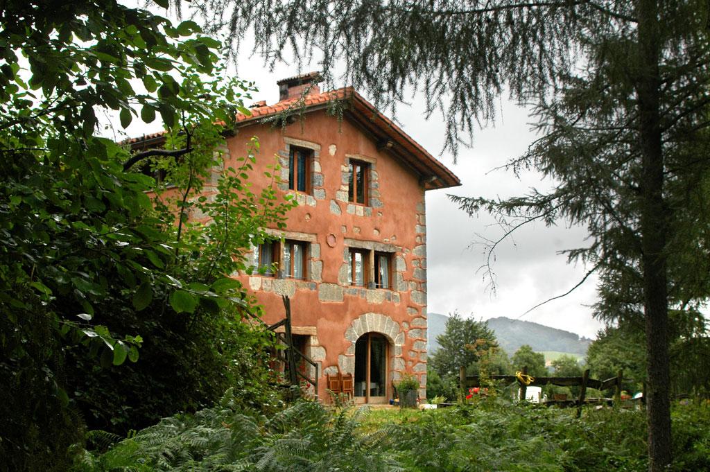 vista fachada Sur, desde el bosque