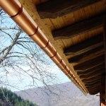 Vista Begañe y tejado con canalón de cobre de casa rural ecológica Kaaño etxea.