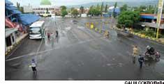 SEPI: Areal parkir Pelabuhan Ketapang yang biasanya padat kendaraan sepekan terakhir, terlihat lengang sore kemarin.