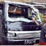 RUSAK PARAH: Kaca depan mobil pikap yang dikemudikanJoko pecah sesaat setelah tabrakan.