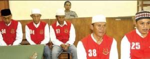 SIDANG: Lima nelayan asal Desa Bengkak, Kecamatan Wongsorejo, mendengarkan putusan yangdibacakan majelis hakim di Pengadilan Negeri Banyuwangi kemarin.