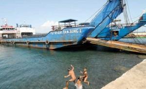 JALAN TERUS: Kapal LCT Putri Sri Tanjung 1 warna biru termasuk salah satu aset PT PBS.
