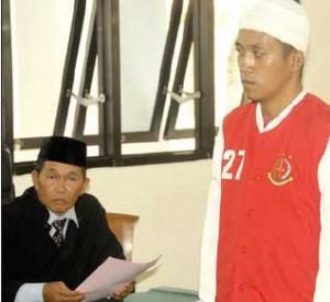 VONIS: Syaiful Abdillah mendengarkan putusan di Pengadilan Negeri Banyuwangi kemarin.
