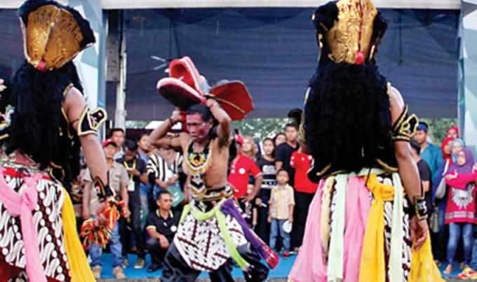 Kesenian-jaranan-buto-tampil-di-arena-Putrajaya-International-Hot-Air-Balloon-Fiesta-(PIHABF)-di-Presint-2-Putrajaya,-Malaysia,-Minggu-lalu.