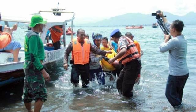 Tim-SAR-gabungan-mengangkat-jenazah-korban-KMP-Rafelia-II-yang-tenggelam-di-Perairan-Selat-Bali,-Banyuwangi,-Jawa-Timur,-5-Maret-2016.