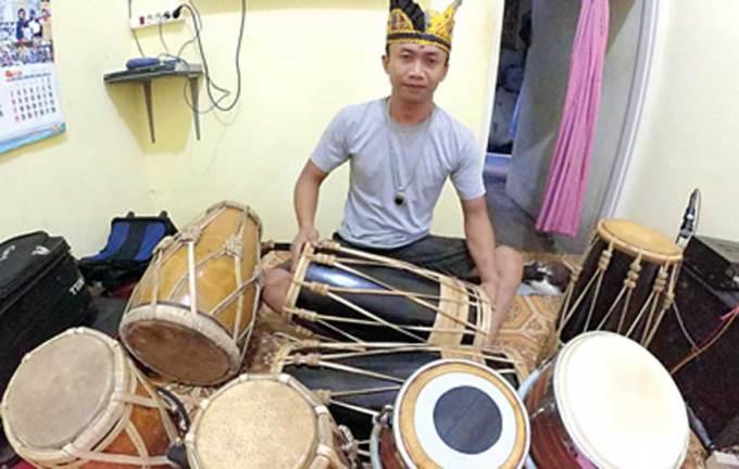Sajidi-dan-berbagai-jenis-kendang-di-rumahnya-di-Dusun-Krajan,-Desa-Kecamatan-Glagah,-kemarin.