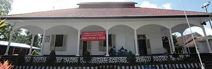 Bangunan-SMK-PGRI-2-Giri-Banyuwangi-di-Jalan-Mawar-16,-Kelurahan-Penataban,-Giri,-sebelum-direnovasi-dan-masih-beratap-seng.