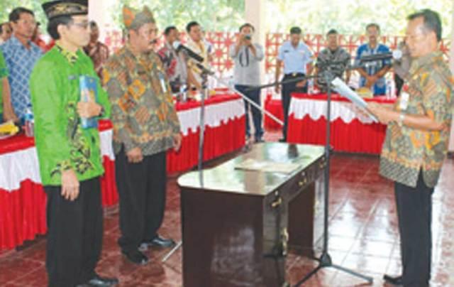 Suryanto-kembali-dilantik-sebagai-Pj-Kades-Sumberagung-oleh-Camat-Didik-Joko-Sahono-kemarin