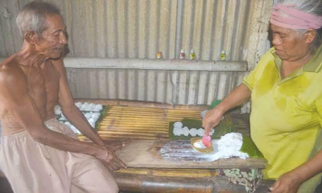 Mahwah,-55,-mencetak-adonan-tepung-beras-menjadi-precet-di-dapur-rumahnya-Dusun-Gumukrejo,-Desa-Gitik,-Kecamatan-Rogojampi,-kemarin