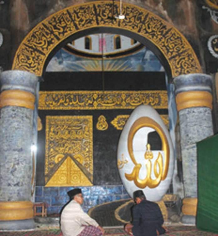 Mimbar-berbentuk-telur-di-Masjid-Al-Hidayah,-Desa-Kembiritan,-Kecamatan-Genteng,-Banyuwangi.