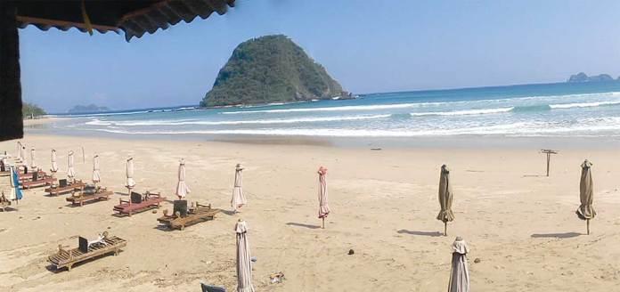 Pengelola-payung-wisata-di-Pantai-Pulau-Merah-memilih-tutup-karena-pengunjung-sepi-kemarin