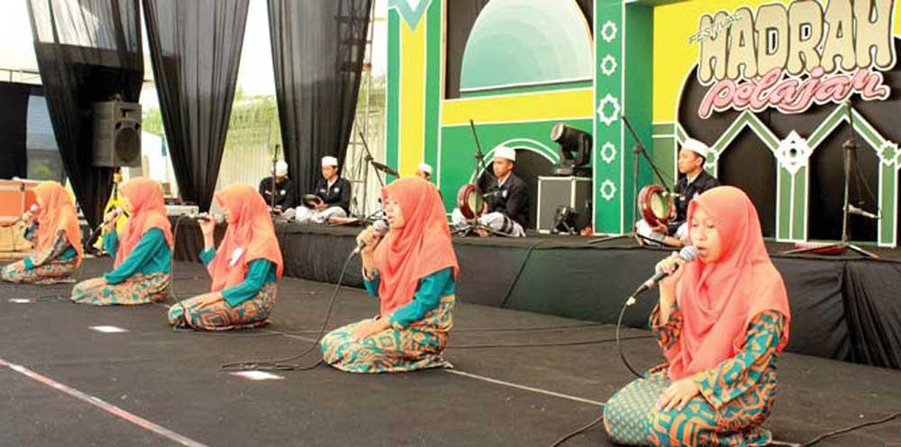 Salah-satu-penampilan-grup-saat-tampil-di-hadapan-ratusan-penonton-di-Halaman-Stadion-Diponegoro,-Banyuwangi,-kemarin