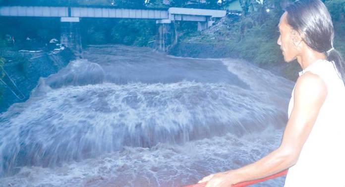 Warga-hanya-bisa-melihat-fondasi-yang-baru-dikerjakan-ambrol-diterjang-banjir-di-Dusun-Kebalen-Lor,-Desa-Lemahbang-Dewo,-Kecamatan-Rogojampi,-sore-kemarin