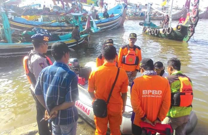 Basarnas,-Satpolair,-dan-TNI-AL,-melakukan-pencarian-nelayan-hilang-dengan-perahu-karet-di-sekitar-Teluk-Sembulungan-kemarin.