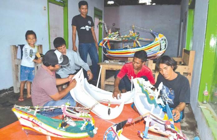 Kelompok-masyarakat-Dusun-Grajagan-Pantai,-Desa-Grajagan,-Kecamatan-Purwoharjo,-membuat-kerajinan-miniatur-kapal.