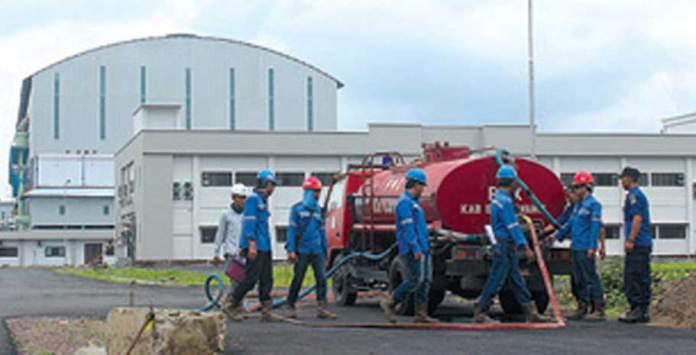 Beberapa-pekerja-di-depan-Pabrik-Gula-Glenmore.-Pabrik-itu-tidak-beroperasi-lagi-setelah-sempat-giling-perdana-2-Agustus-2016-lalu.