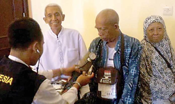 JCH-Banyuwangi-atas-nama-Sjaharijono-Sastro-diantar-tim-dokter-menuju-KKHI-Makkah-untuk-menjalani-rawat-inap