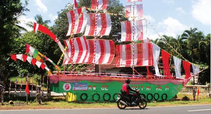 Replika-kapal-karya-warga-Dusun-Curahtangi,-Desa-Setail,-Kecamatan-Genteng,-Banyuwangi,-kemarin