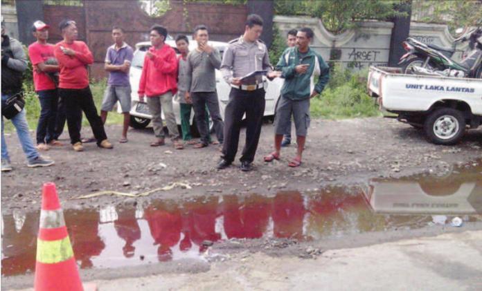 anggota-polisi-lalu-lintas-melakukan-olah-tempat-kejadian-perkara-di-jalan-raya-desa-wonosobo-kecamatan-srono-banyuwangi-kemarin