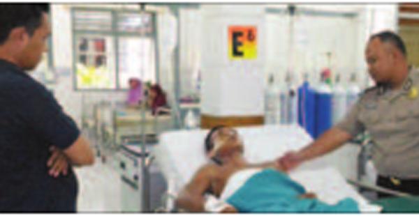 dua-orang-anggota-polsek-pesanggaran-menjaga-supriyono-di-ruang-bedah-rsud-genteng