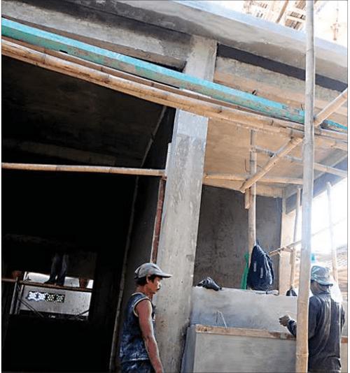 pekerja-melanjutkan-pembangunan-renovasi-puskesmas-singotrunan