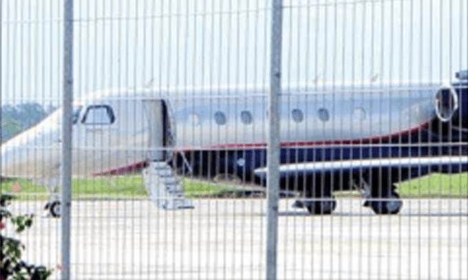 pesawat-pribadi-parkir-di-apron-bandara-blimbingsari-kemarin